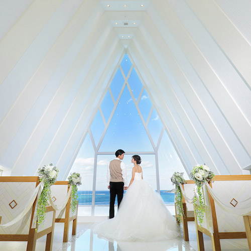 沖縄で結婚式|珊瑚の教会で永遠の愛を誓う
